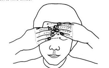 масаж на челото с пръсти-гребло